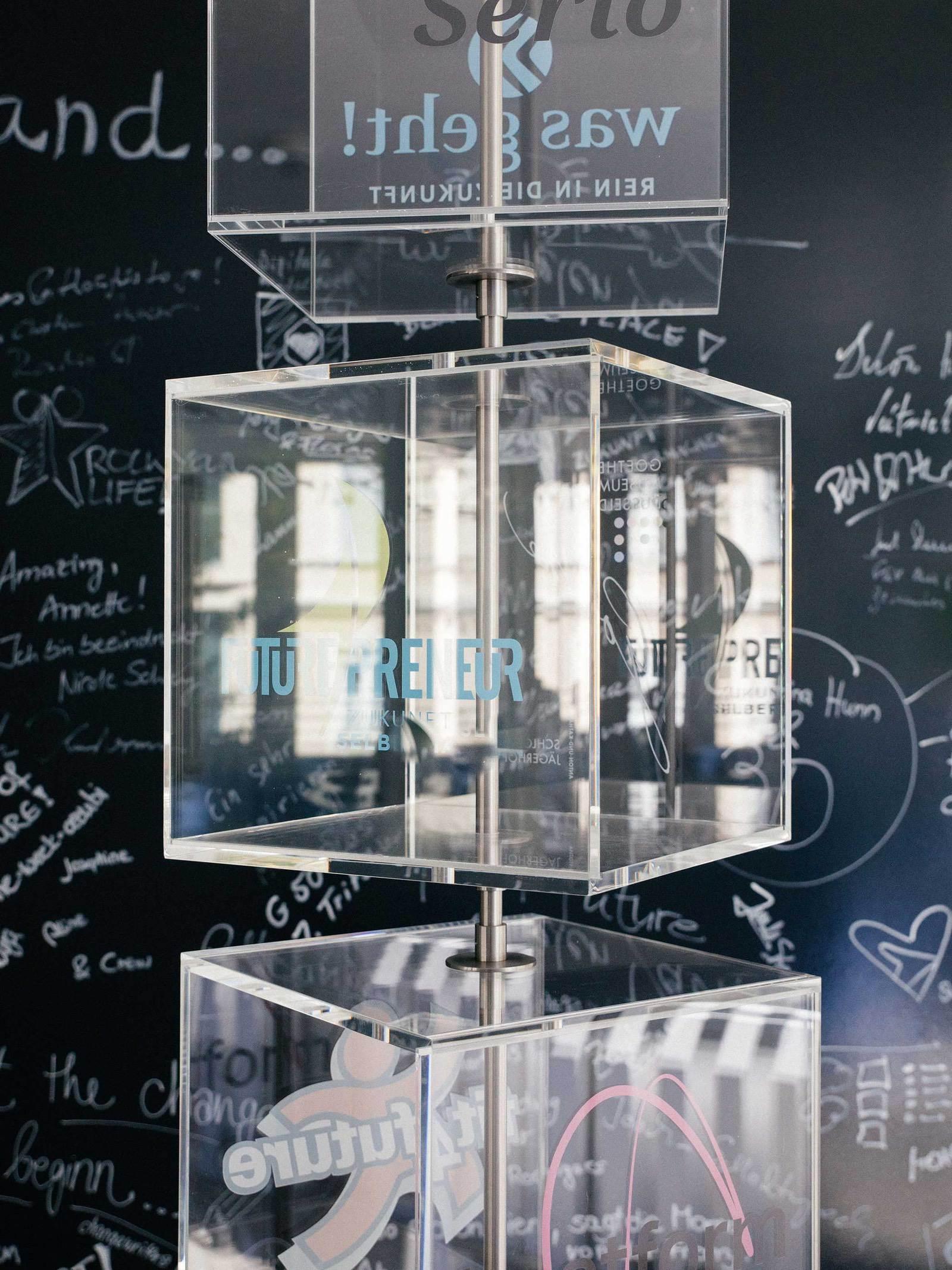 Logo der Beisheim Stiftung auf Glas