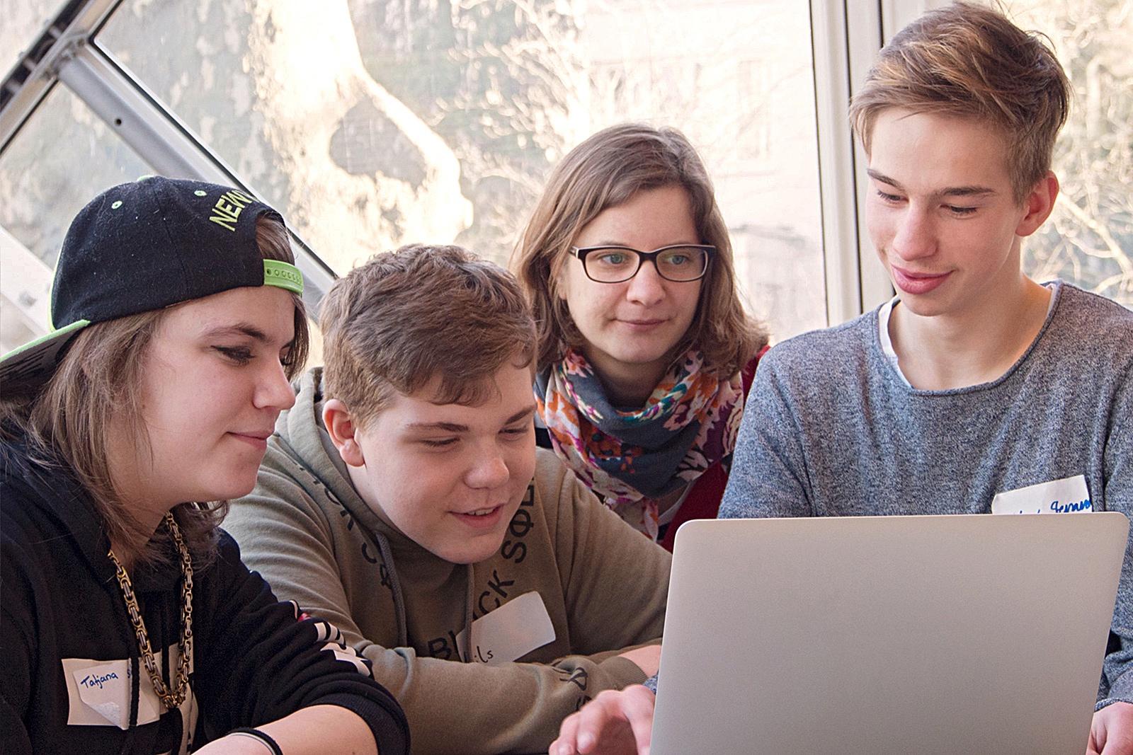 Schülerinnen und Schüler lernen digitale Kompetenzen