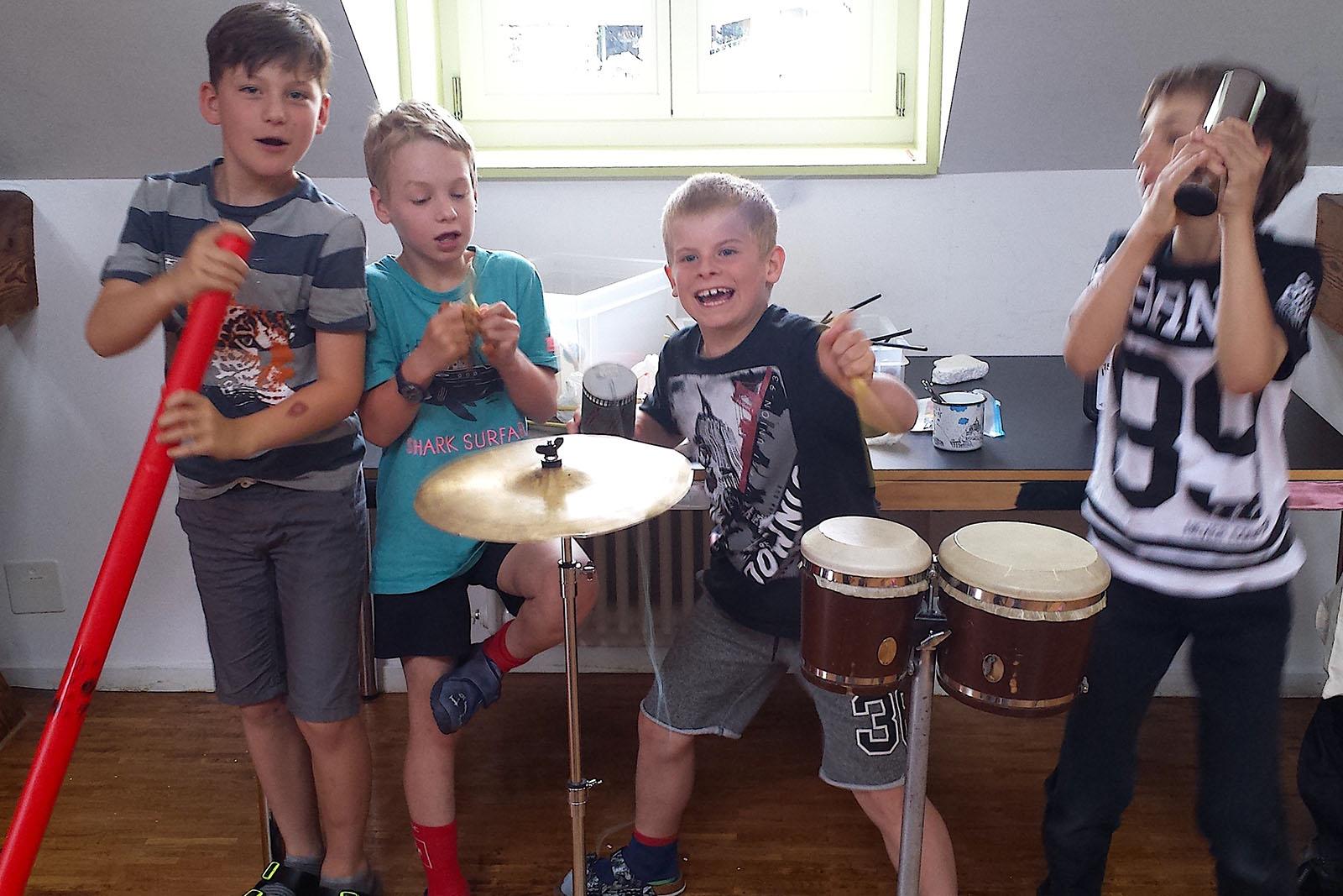 Mit verschiedenen Instrumenten und viel Energie experimentieren die Kinder