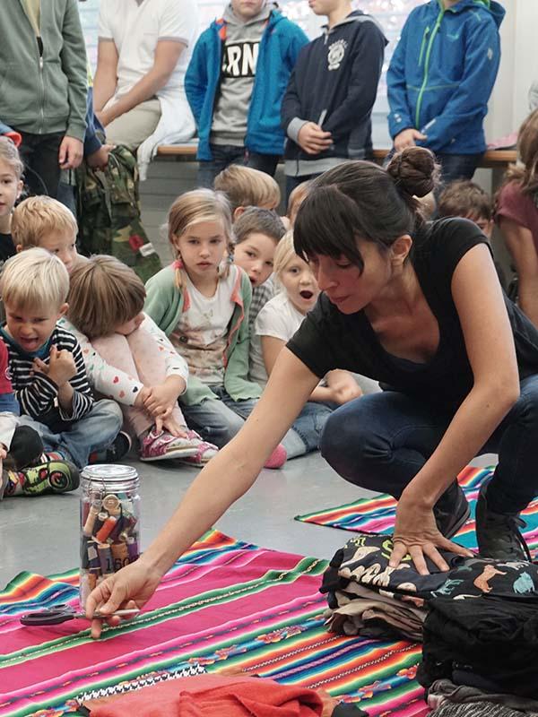 Die Primarschulkinder in Wölflinswil dürfen mit der Künstlerin Viviana Gonzalez kreativ werden