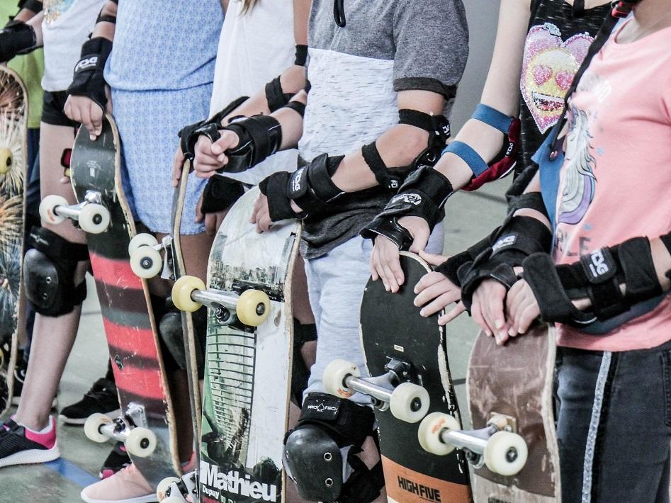 Sechs Jugendliche und ihre Skateboards